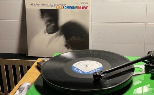 Nguyên Nhân Xảy Ra Hiện Tượng Nhiễu Tiếng Ồn Khi Sử Dụng Vinyl Và Cách Khắc Phục
